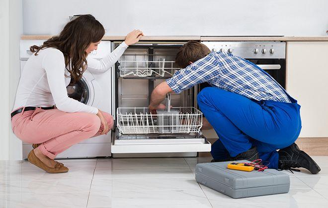 Ремонтник осматривает посудомойку