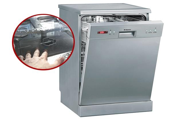 Серая посудомоечная машина с поломкой в сливе