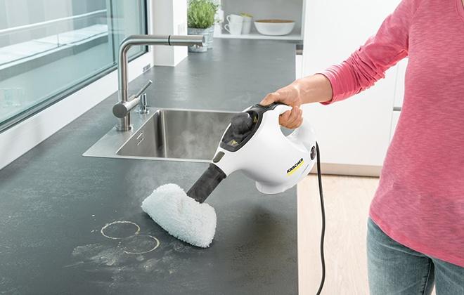 Уборка столешницы с помощью пароочистителя версии Премиум