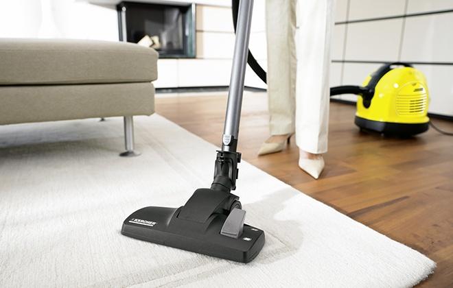 Уборка в доме с помощью пылесоса