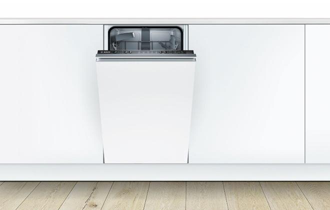 Встроенная в гарнитур белая посудомойка