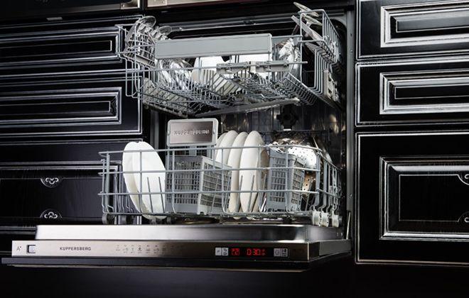 Встроенная в кухонный гарнитур посудомойка