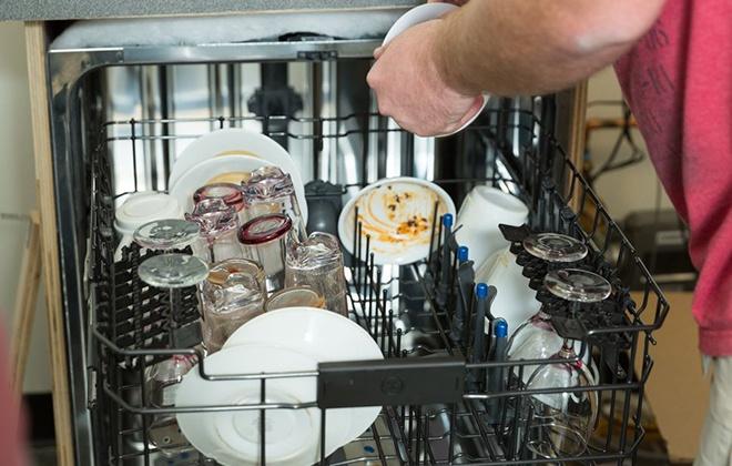Загрузка посудомойки грязной посудой