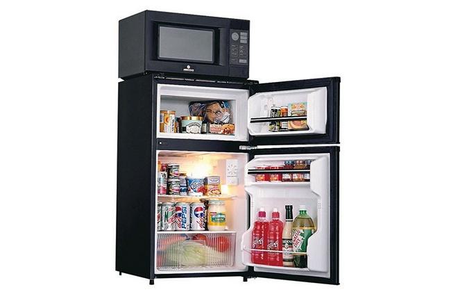 Черная микроволновка на холодильнике