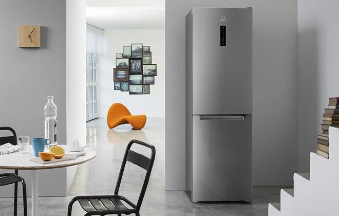 Холодильник Indesit под стенкой на кухне