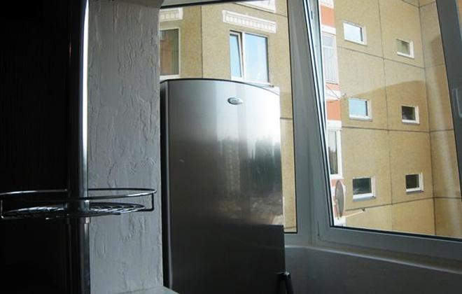 Холодильник стоит на лоджии