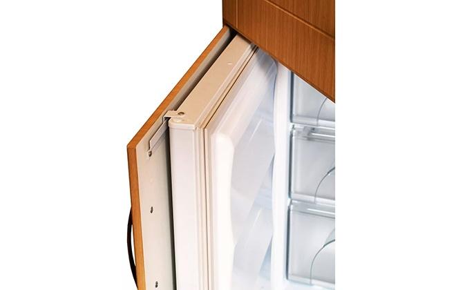 Крепление дверцы холодильника внутри кухонного гарнитура