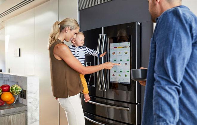 Нажимать кнопку на холодильнике
