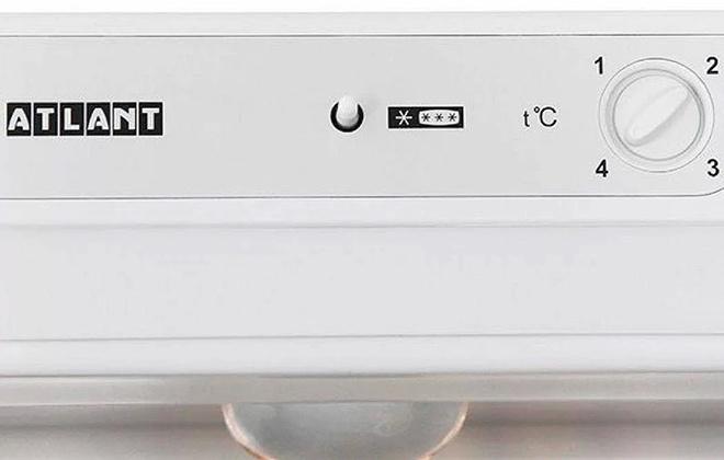 Панель управления температурой на верхней части холодильника