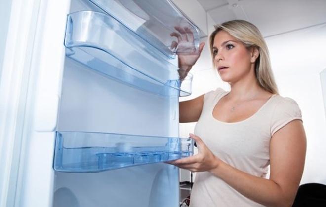 Женщина убрала все продукты из холодильника