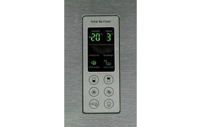 Дисплей серебристого холодильника LG