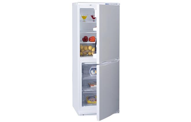 Приоткрытая дверь в холодильнике Атлант