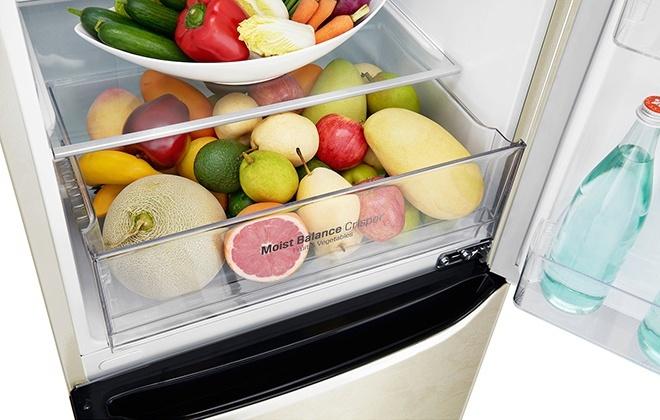Продукты в ящике холодильника