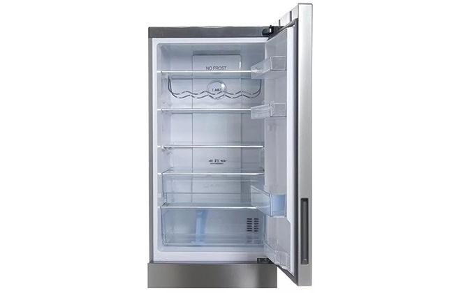 Верхняя часть серебристого холодильника Haier